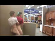 Dois rapazes do xvídeo fazem sexo na loja de moveis