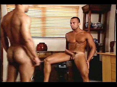 Moreno pelado no video gay brasileiro